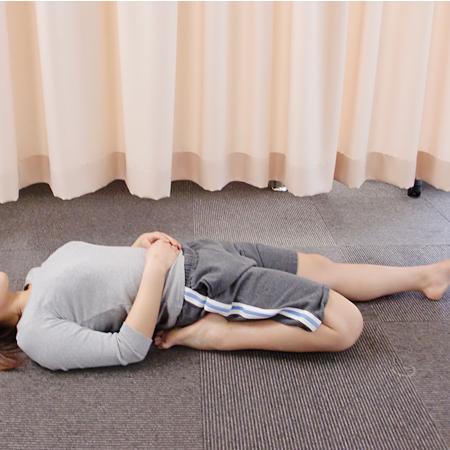 寝た状態なら・・・膝を曲げて仰向けに寝て、股関節を伸びします。(辛い場合は無理せず座って行いましょう)
